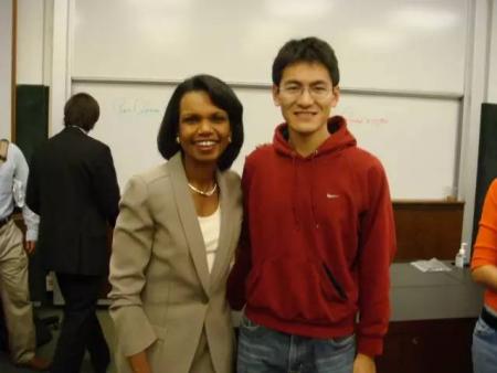 在斯坦福商学院学习时,邹昊与教授全球视野课程的美国前国务卿赖斯合影