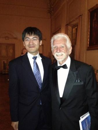 作为马可尼学会秘书长,邹昊和手机发明人库帕博士合影