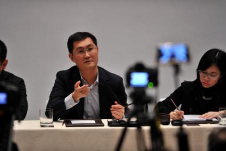 """3月3日晚,世界人大代表、腾讯公司董事会主席兼首席履行官马化腾在北京召开记者会。继去年两会提出无关""""互联网+""""的建议后,马化腾今年带来了五个建议,涵盖互联网医疗、分享经济、数字内容产业、互联网生态平安和""""互联网+""""落地措施等五大民生热门。(图片来源:<a target='_blank'  data-cke-saved-href='http://www.chinanews.com/' href='http://www.chinanews.com/'>中新社</a>)"""