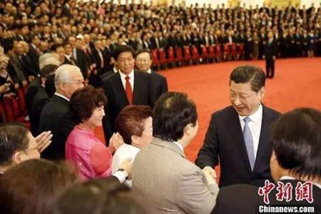 习近平主席和代表们亲切握手并合影留念。