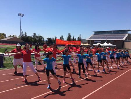 健身舞《最炫小苹果》表演。
