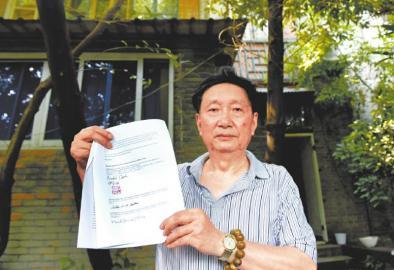 """8月15日,谭楷先生在苏继贤旧居前,展示""""苏木匠""""苏继贤后人给成都市市长的感谢信。"""