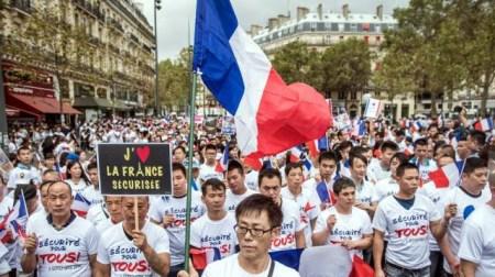 """法五万华人示威""""反暴力要安全"""" 用游行融入社会"""