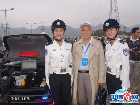 """参加第六届世界华文传媒论坛,访问""""重庆女子交通警察队"""",作者与""""警花""""合影。"""