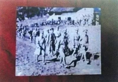 张发奎、薛岳、李汉魂三将领在抗日战场行军的照片(翻拍)