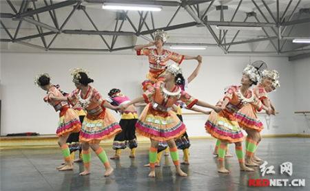 由湖南省歌舞剧院民乐团选送的二胡与琵琶演奏《洞庭鱼米香》.