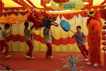 尼泊尔小学生在舞台上舞龙.图片