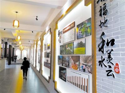 村民参观永嘉水云文化礼堂.林明 摄图片
