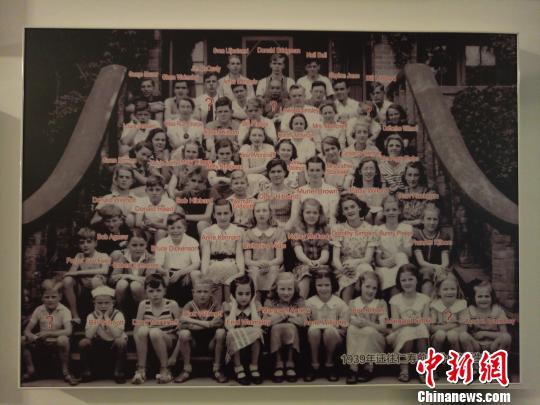 """陈列馆里,摄于1939年的""""CS孩子""""合影。 王鹏 摄"""