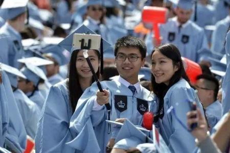 中国留学生在哥伦比亚大学毕业典礼上自拍(新华社)