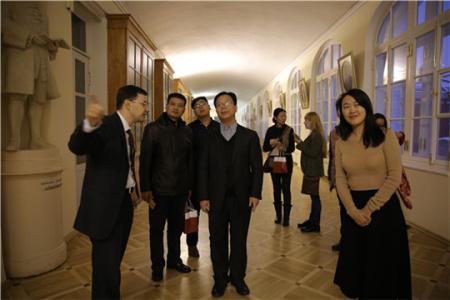 """中国""""一带一路""""媒体采访团在圣彼得堡国立大学参观。(图片来源:央视网 张土昌)"""