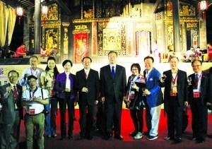 秋色乡饮酒礼上,华侨们用合影来记住这一个瞬间。