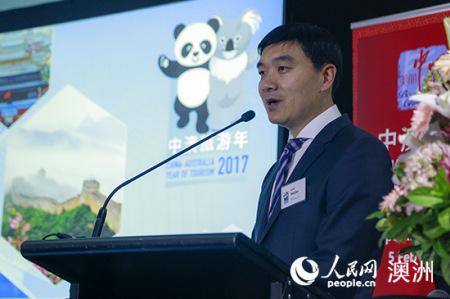 """中国驻悉尼旅游办事处主任罗卫建在发布会上介绍2017""""中澳旅游年""""(摄影 贺吉)"""