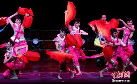 """当地时间2月12日,由中国国务院侨务办公室和中国海外交流协会主办、澳大利亚南海文化传媒集团承办、悉尼华星艺术团协办的2017年""""文化中国・四海同春""""大型歌舞音乐会在悉尼市政厅再度上演。图为喜庆的开场舞《张灯结彩》。 <a target='_blank' href='http://www.chinanews.com/'>中新社</a>记者 赖海隆 摄"""