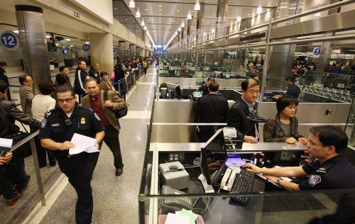 华人夫妇正在通过洛杉矶机场海关的检查。(美国《侨报》/资料照片)