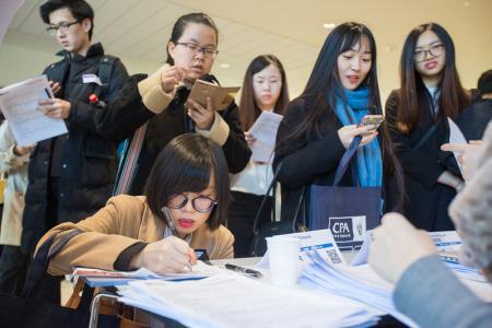 在英留学生就业之战:海归回国潮vs最难就业季-中国