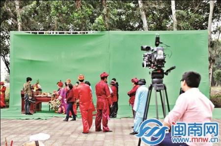 """摄制组用了绿色背景布面,后期会""""抠""""下人物影像,微缩复原到婚礼场景中"""
