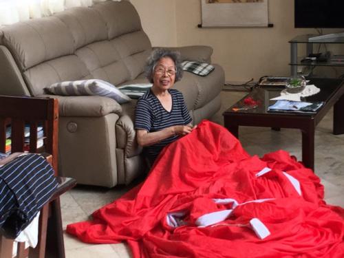 张晋的妈妈得知总理访澳亲手缝制红旗。