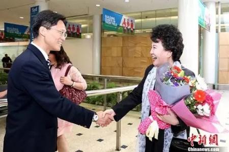 22日,国侨办主任裘援平抵达悉尼,中国驻悉尼总领事馆总领事到机场迎接。