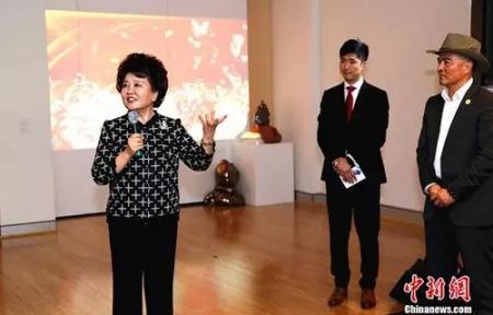 裘援平率团访问悉尼亚洲艺术空间,观看彩排后发表了重要讲话。