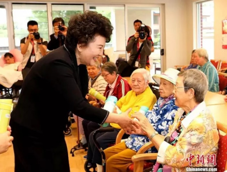 裘援平向在华助中心生活的老人们赠送礼品