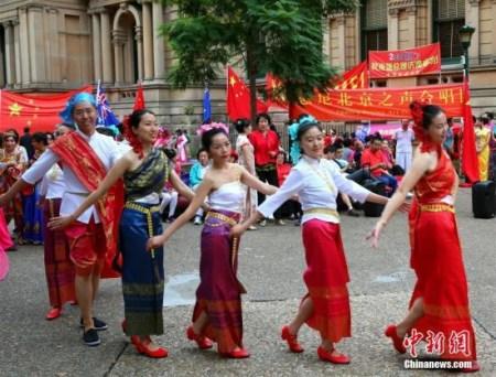 中国总理李克强3月25日出席在悉尼市政厅举行的澳大利亚侨界欢迎宴会。图为当地华人在市政厅附近载歌载舞,表达欢迎之情。中新社记者 赖海隆 摄