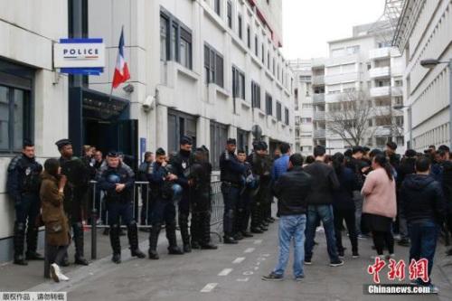 巴黎警察指责示威者暴力对抗,而华人则指责警察暴力执法。