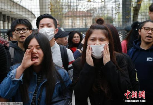 华人青年在巴黎警察局前与警察对峙,35人被捕。