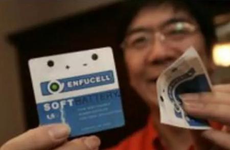 """资料图:2007年12月26日张霞昌博士在其下榻的酒店展示""""纸质电池""""。 温州都市报记者 郑之越 摄"""
