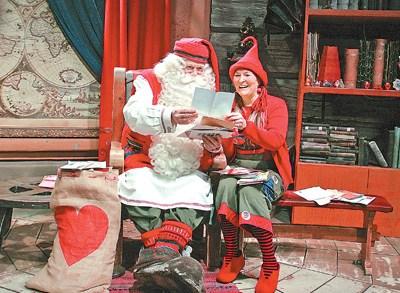 """""""圣诞老人""""和""""精灵""""里塔·马蒂拉在阅读中国小朋友寄来的信件。(图片来自人民日报管克江/摄)"""