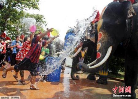 泰历新年将至 中使馆吁游客文明泼水安全出行