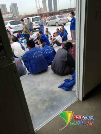 图为务工者围堵中建中东公司办公室。