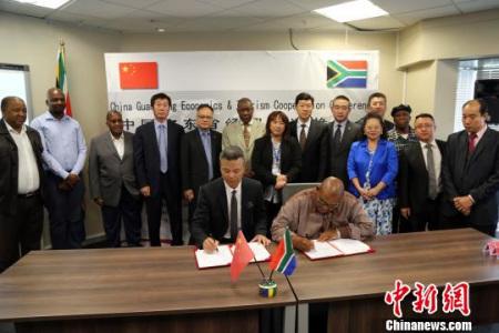 广东省驻南非经贸代表处与南非国家经济教育信托基金会签署相关合作协议。 宋方灿 摄