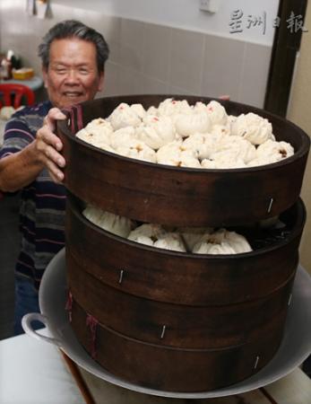 大马华人手工制作包子 皮软馅满在当地广受欢迎(图)