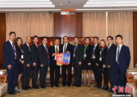 4月10日,国务院侨务办公室副主任郭军(中)在北京会见了以刘卓华为团长的美国香港总商会代表团一行。 <a target='_blank' href='http://www.chinanews.com/'>中新社</a>记者 张勤 摄