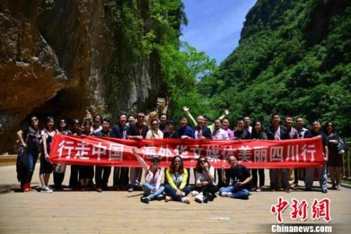 2016年,海外华文媒体采访团在巴中诺水河风景名胜区合影。 刘美岑 摄