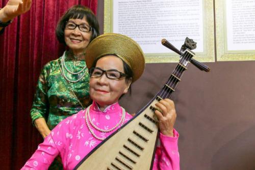 2017年4月11日,越南首个本土名人蜡像馆在胡志明市开放,图为越南艺术家范崔欢与自己的蜡像合影留念。(新华社发,黄氏香摄)