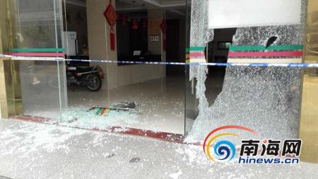 文昌一宾馆遭5蒙面人持刀打砸 警