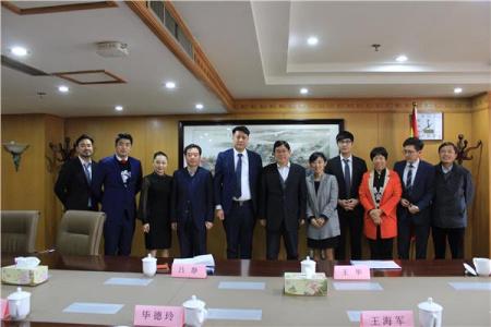 王华主任与访问团一行合影。