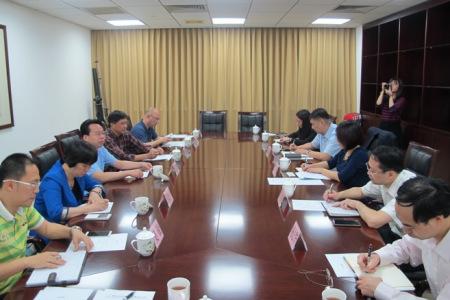 调研组一行与海珠区座谈。