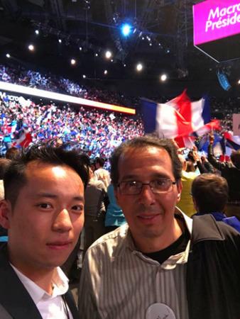 林飞位与竞选团队的同事在集会现场。(法国《欧洲时报》/孔帆 摄)