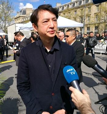 郑立接受法新社采访,谈华人维权。(法国《欧洲时报》/孔帆 摄)