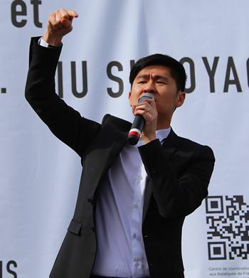 巴黎19区副区长王立杰在一次华人维权活动上。(法国《欧洲时报》/孔帆 摄)