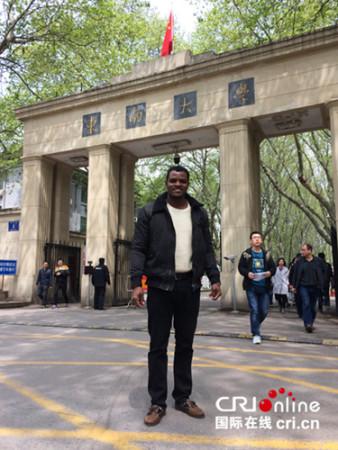 雷宁在东南大学校门前.