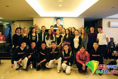参与交流活动的中美学生共同拍照留念。北京师范大学附属实验中学国际部学生供图