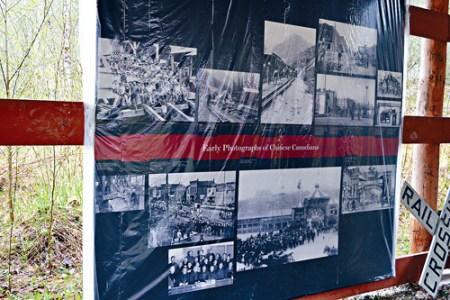 贺普在旅行车营地旁建一亭子,展示本地华人史资料.