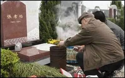 在汉堡华侨墓园里扫墓的华人