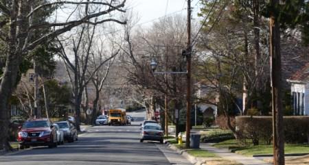长岛大颈由于拥有纽约州最顶尖学区之一,吸引华人为子女入读公校争相购屋。(美国《世界日报》档案照/许振辉 摄)