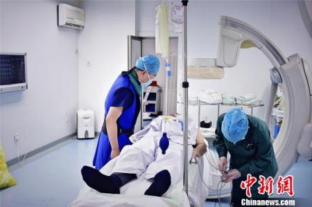 重达30斤的铅衣,仍不能保护全部身体。每次手术完脱下铅衣,郭庚都汗流浃背。 王明宇 摄
