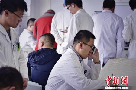 """郭庚的微信签名上写着""""每天都要动脑"""",原来动脑不仅是思考,更是一名神经外科医生每天要面临的考验。郭庚说,纵然有失败,但更多的人活了下来。 王明宇 摄"""